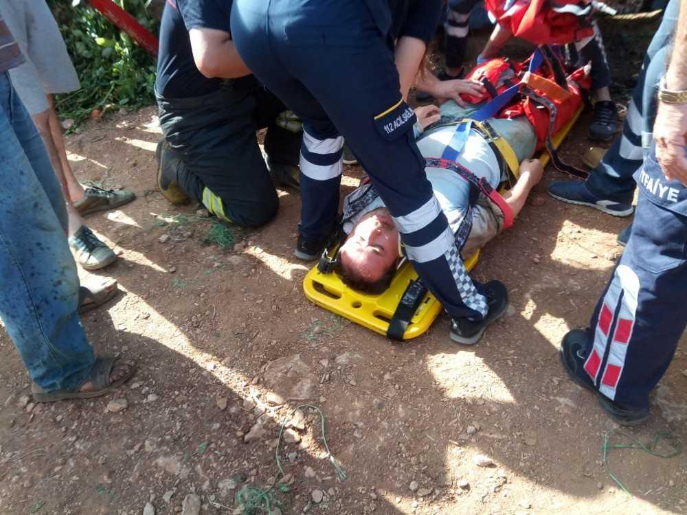 Traktörün altında kalan çiftçinin ayakları kırıldı
