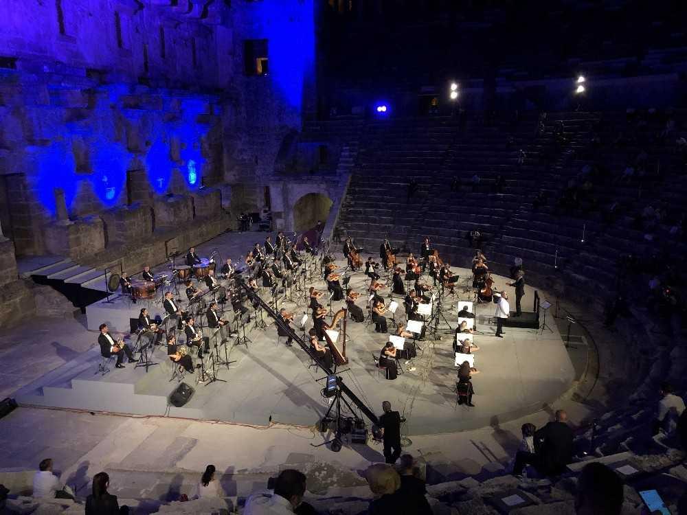 Türkiye'nin yedi tenoru ilk kez aynı sahnede buluştu; konseri dinleyenlerin kulaklarının pası silindi