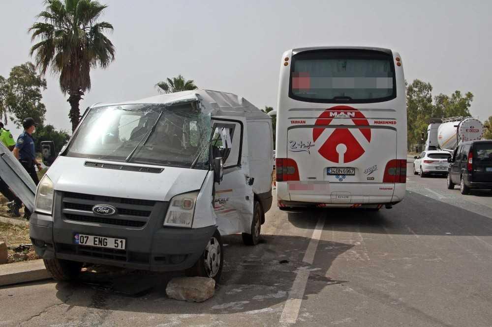 Yolcu otobüsüyle personel servis minibüsü çarpıştı: 1 ölü