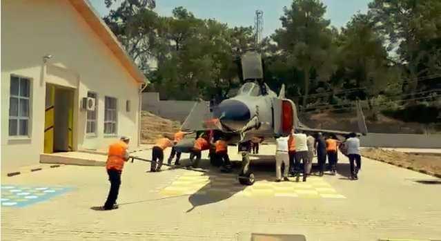30 yıllık savaş uçağı vatandaşlar tarafından ittirilerek yerine konuldu