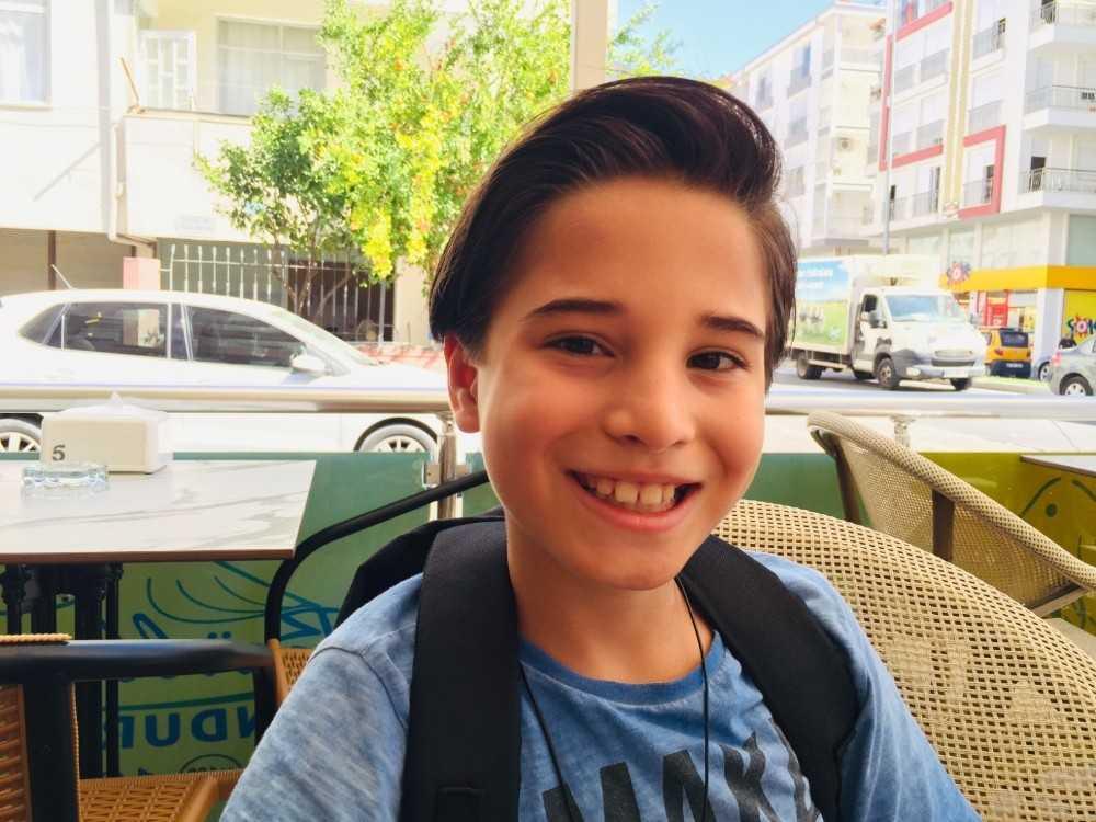 6 yaşından bu yana uzattığı saçlarını kanser hastalarına bağışladı