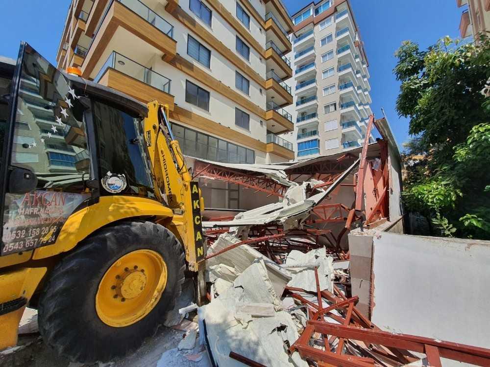 Alanya Belediyesi kaçak büroyu yıktı