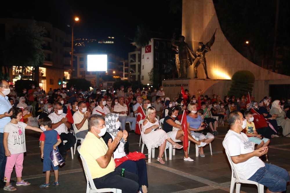 Alanya'da yüzlerce kişi 'demokrasi' nöbetinde
