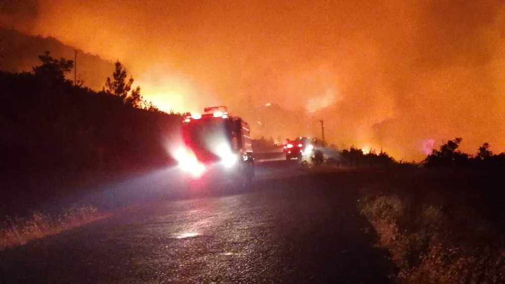 Antalya Manavgat'da orman yangını… Henüz bilinmeyen bir nedenle çıkan ve yerleşim yerlerini tehdit eden yangına çok sayıda itfaiye ve arazöz ile müdahale ediliyor.