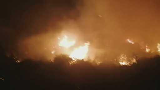 Antalya Manavgat'ta orman yangını… Henüz bilinmeyen bir nedenle çıkan ve yerleşim yerlerini tehdit eden yangına çok sayıda itfaiye ve arazöz ile müdahale ediliyor.