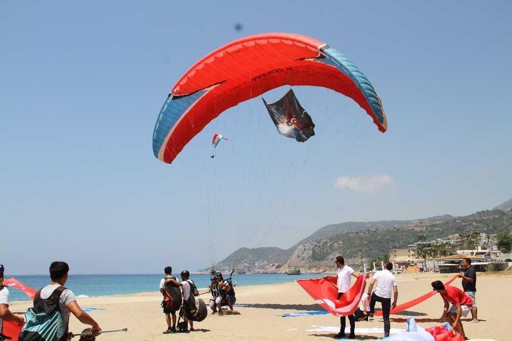 Antalya'da 15 Temmuz şehitleri gökyüzünde Türk bayrağı açarak anıldı