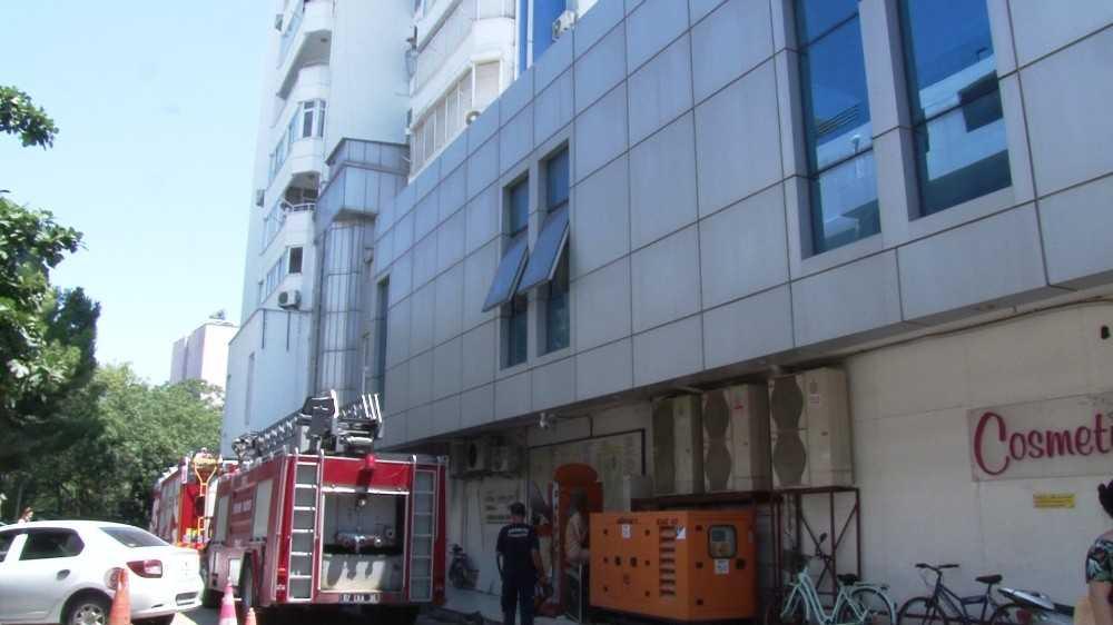 Antalya'da kapalı çarşının çatısındaki klima yangını korkuttu