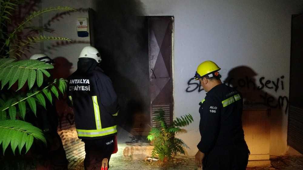 Antalya'da mahalleliyi sokağa döken trafo yangını