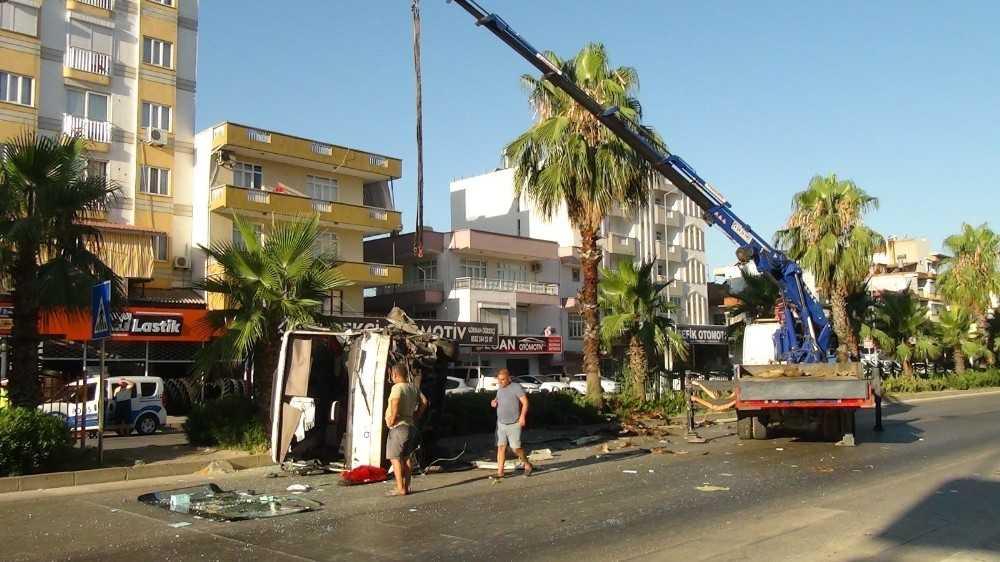Antalya'da midibüs devrildi: 1 yaralı