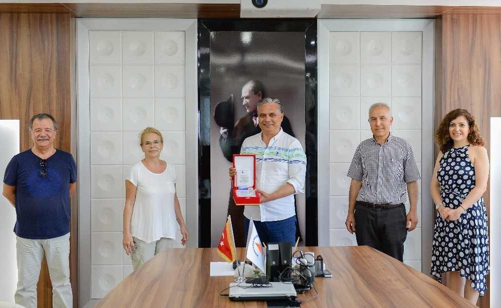 ANTÇEV'den Başkan Uysal'a plaket