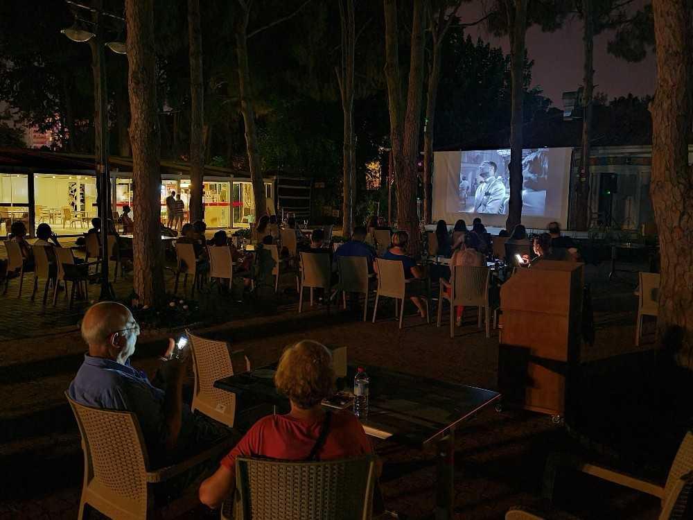Engelsiz Kafe'de yıldızlar altında sinema keyfi