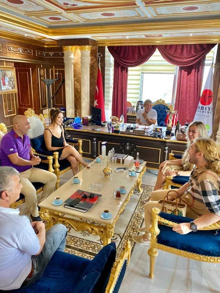 Kadın futbolculardan Şahin Kırbıyık'a ziyaret