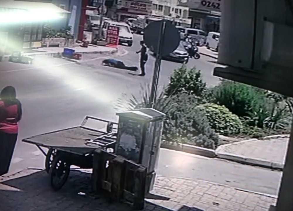 Kahraman polisin saldırganı etkisiz hale getirmesi kameralara yansıdı