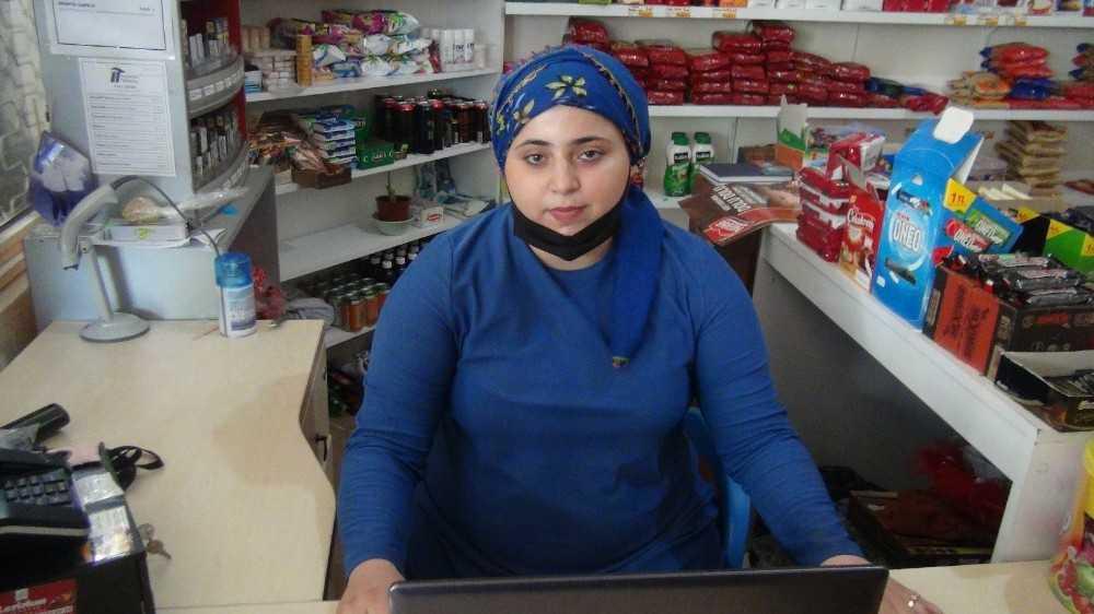 Marketteki yalnız kadına 'komşuyuz yaz deftere' deyip para ödemeden kayıplara karıştı