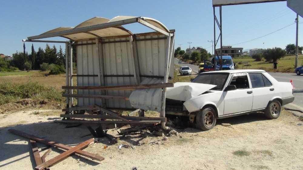 Otomobil durağa daldı:1 yaralı