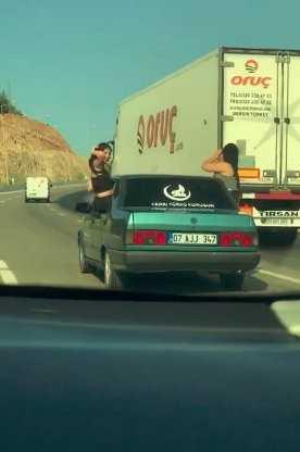 Otomobilin camından sarkan kadınların pes dedirten yolculuğu