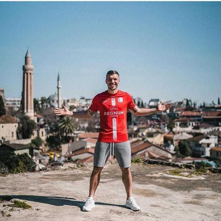 Podolski'den 'Antalyaspor'da mutluyum' paylaşımı