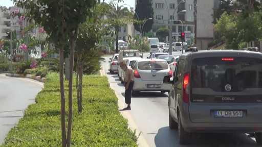 Sürücüleri çileden çıkardı, polis müdahalesiyle uzaklaştırıldı