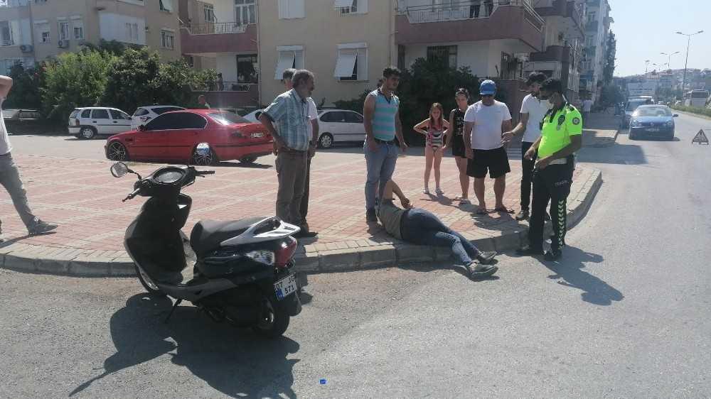 Ticari araca çarpmamak için motosikletini devirdi: 2 yaralı