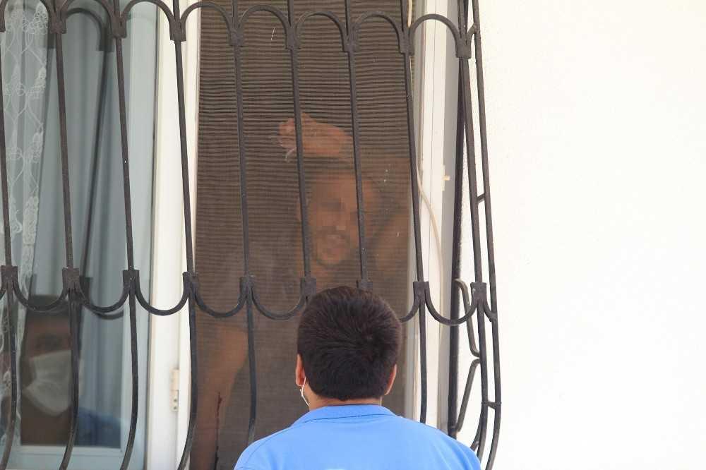 Ailesini dışarı çıkarıp, cam parçasıyla eylem yaptı