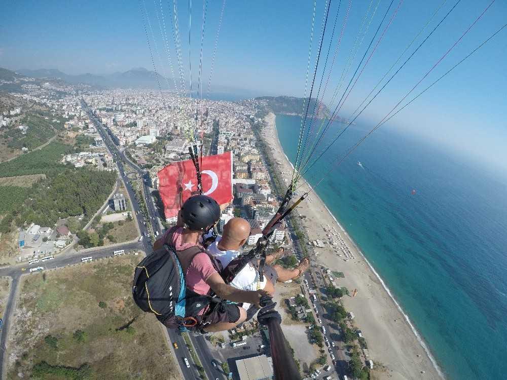 Alanya semalarında Türk bayrağı açılarak 30 Ağustos Zafer Bayramı kutlandı