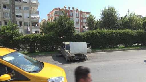Alanya'da otomobil refüje çarptı: 1 yaralı