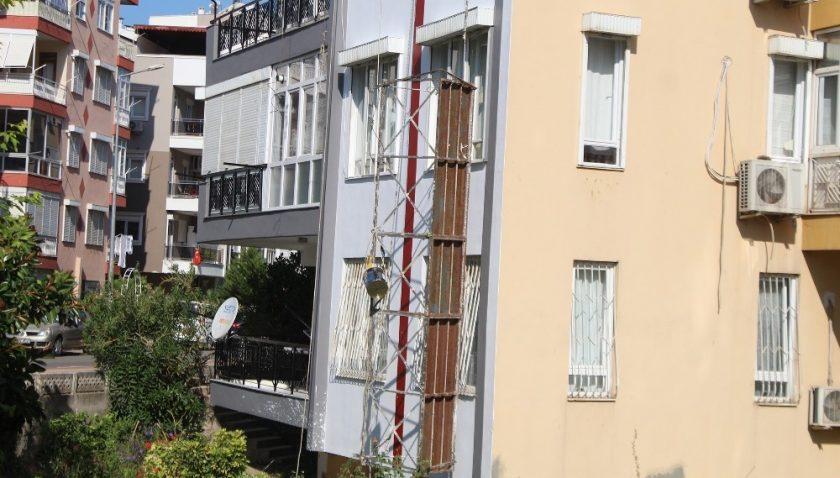 Antalya'da iskele halatı koptu, 2 işçi yaralandı