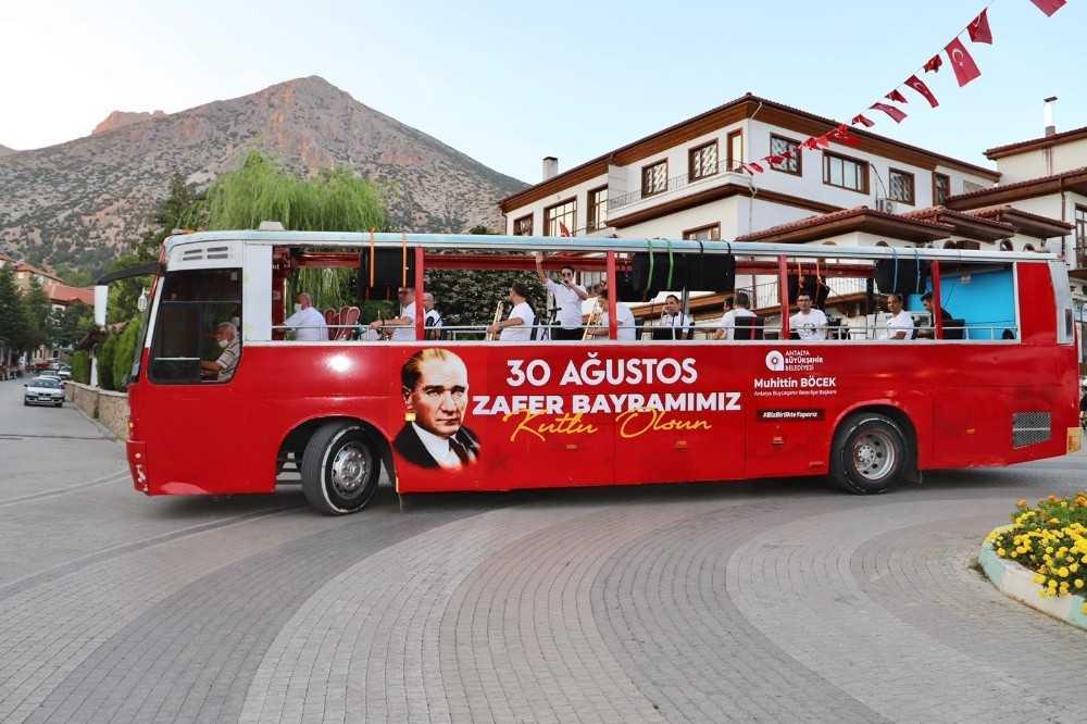 Antalya'da mobil otobüslerle Zafer Bayramı konserleri sürüyor