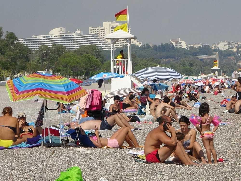 Antalya'da sıcak hava uyarısını duyan sahile koştu