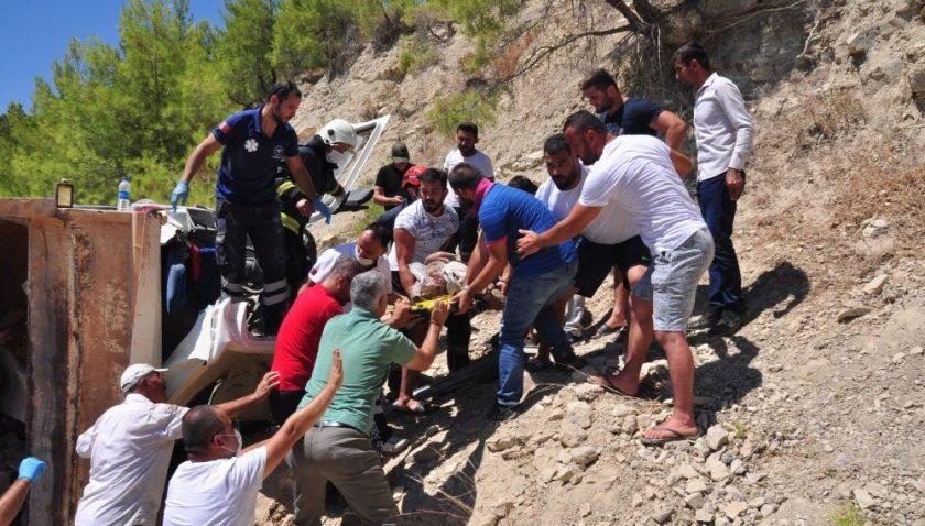 Antalya'da taş taşıyan kamyon devrildi