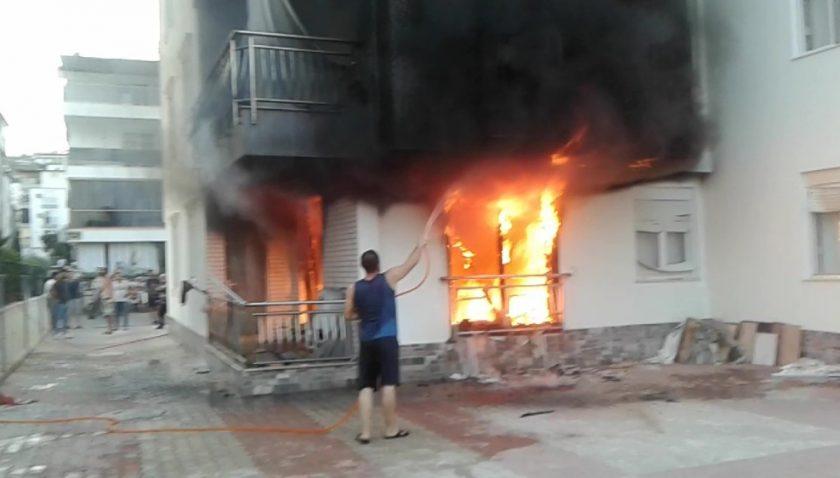 Apartmanın zemin katından yükselen alevler mahalleliyi sokağa döktü
