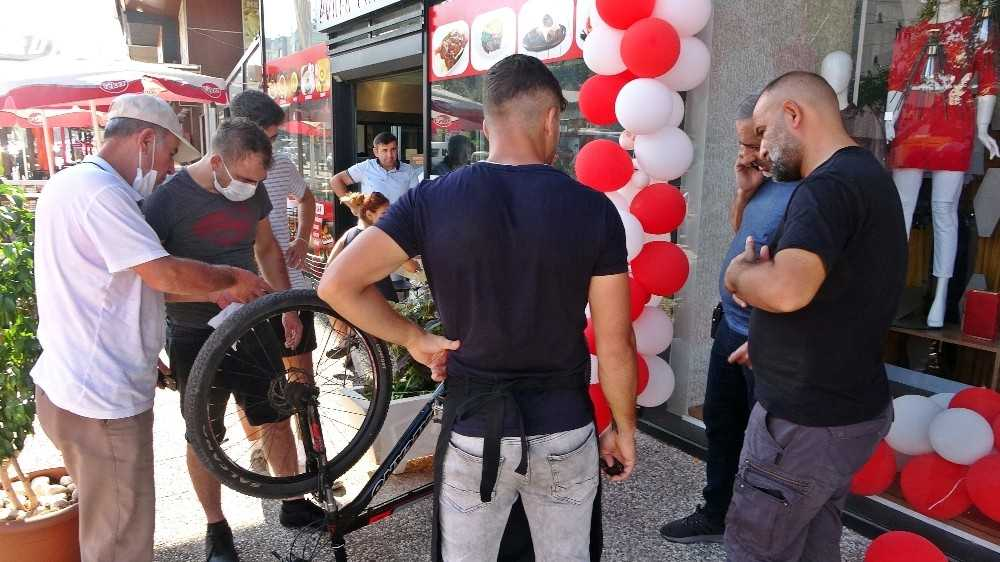 Çalınan bisikletin internetten satışta olduğunu gördü, satın almaya polisle birlikte gitti