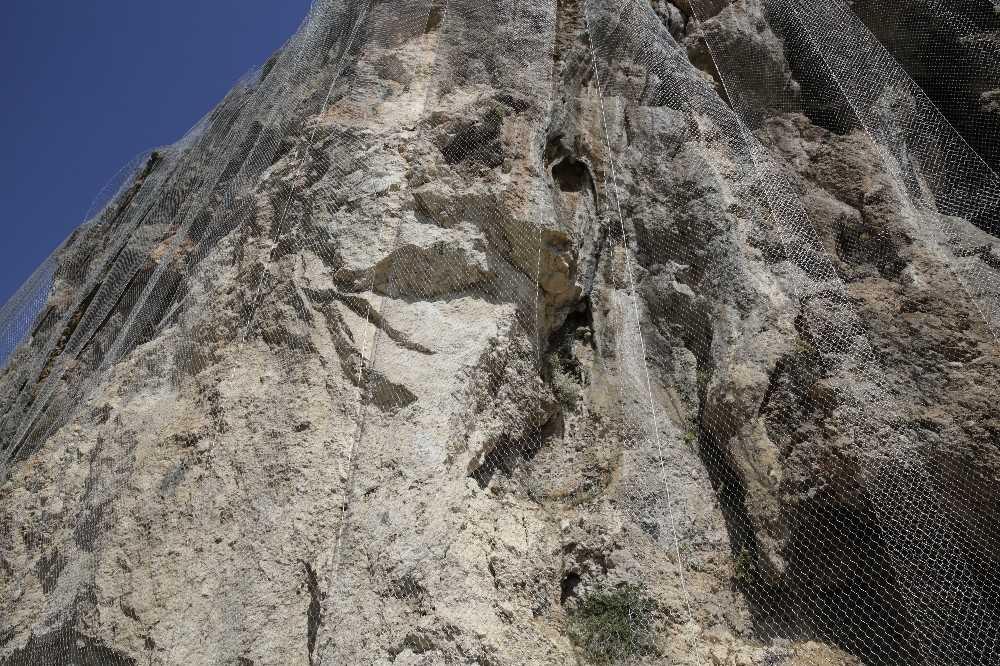 Geyikbayırı'nda kayalık alana tel ağ geriliyor
