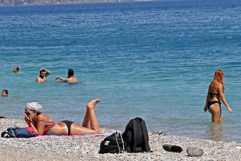 Konyaaltı Sahili'nde sosyal mesafeli deniz keyfi