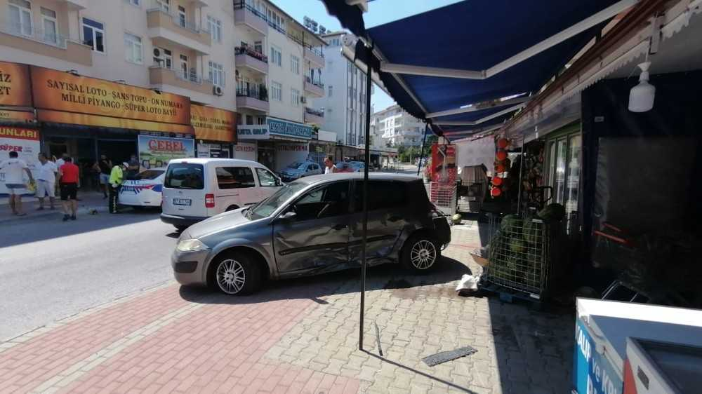 Markete giren otomobil kamerada