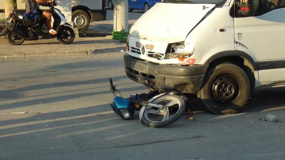 Minibüsün altında sürüklenen 14 yaşındaki motosiklet sürücüsü ağır yaralandı