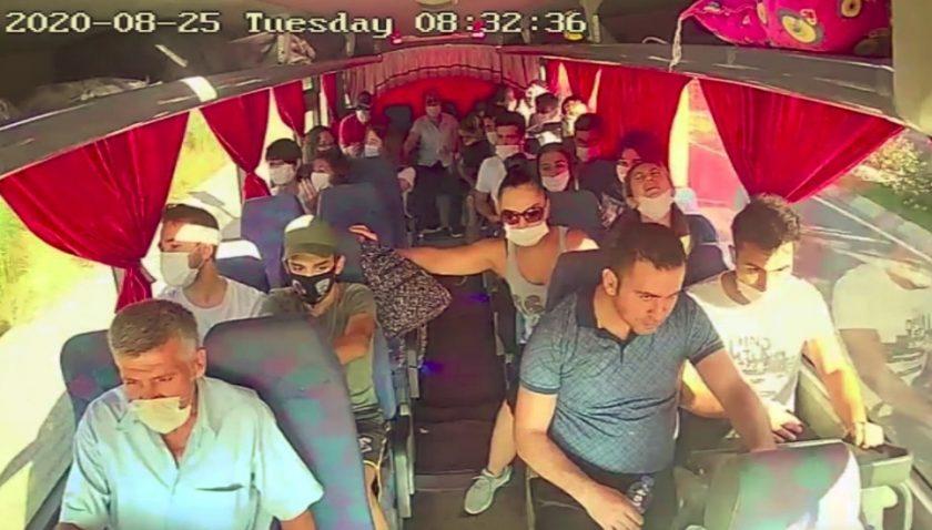 Otobüsün kırmızı ışıkta bekleyen araçları biçtiği o anlar kamerada
