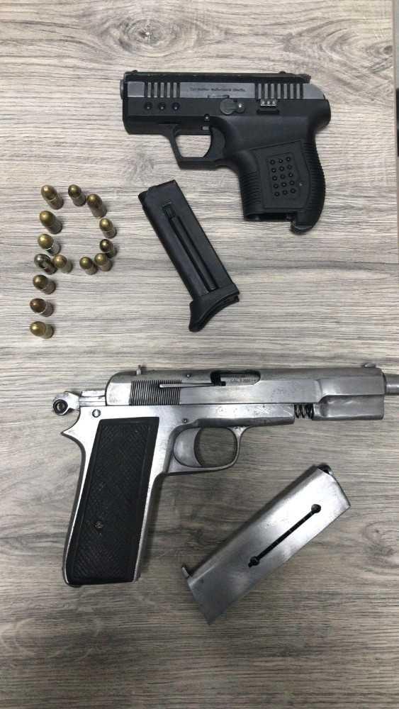 Polisin şok uygulamasında ruhsatsız tabanca ve uyuşturucuyla yakalandılar