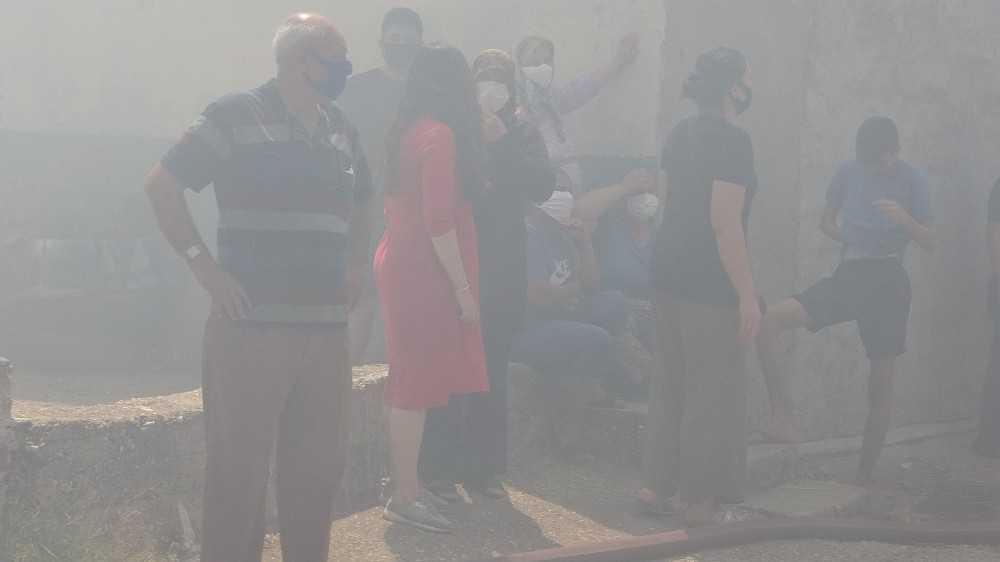 Saman deposunda çıkan yangın iki gecekonduyu kül etti