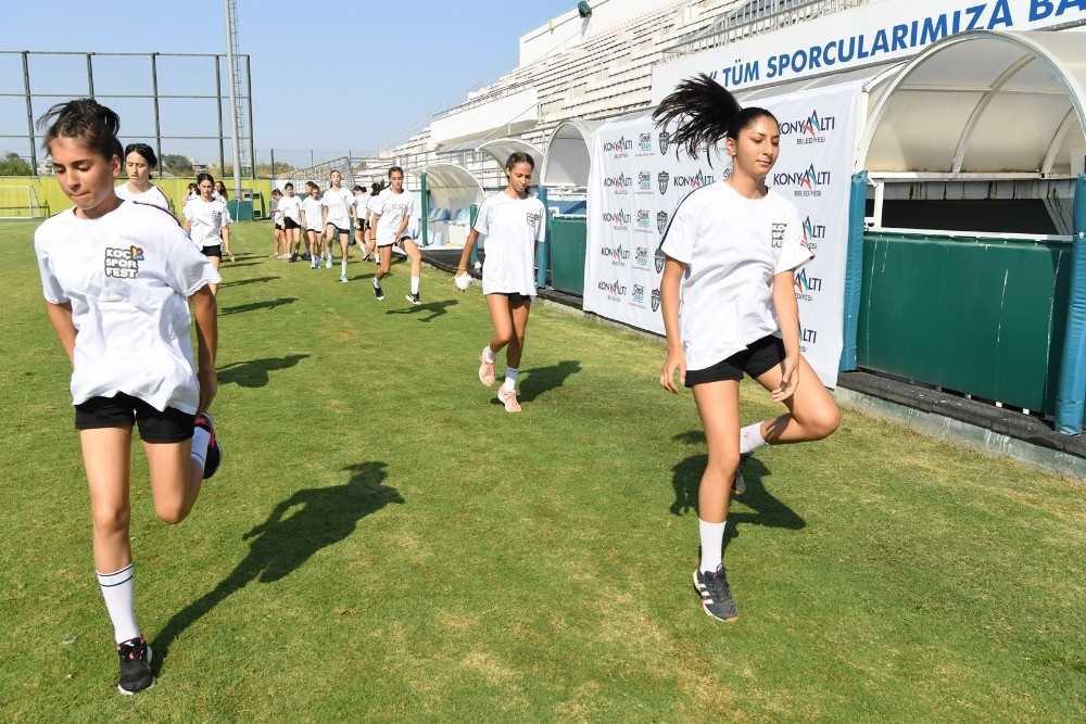 Süper Ligi'nin yeni takımı Konyaaltı Belediyesi  Kadın Hentbol Takımı ilk idmana çıktı