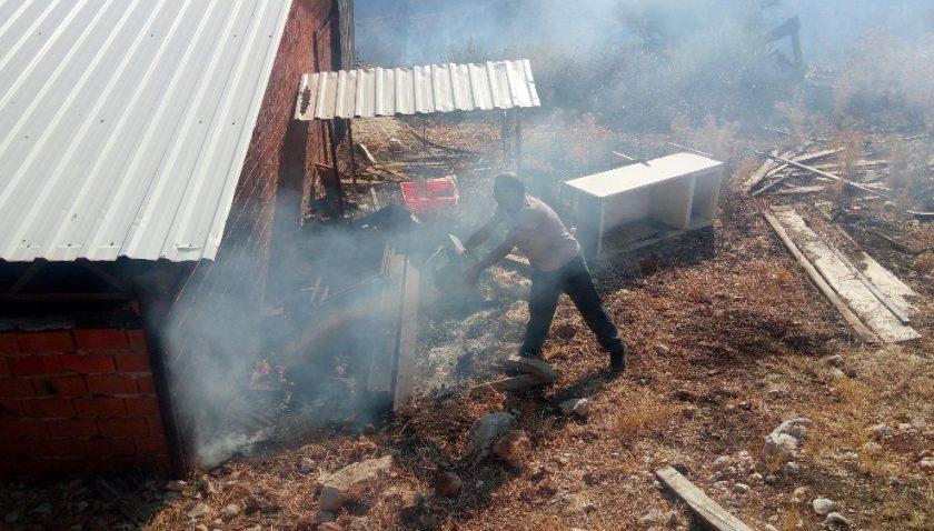 Ahırın kenarına sıçrayan yangını, vatandaşlar elleriyle kum atarak söndürmeye çalıştı