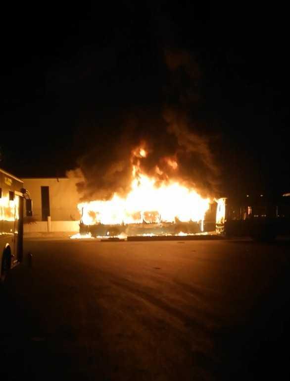 Antalya'da park halindeki halk otobüsü alev alev yandı