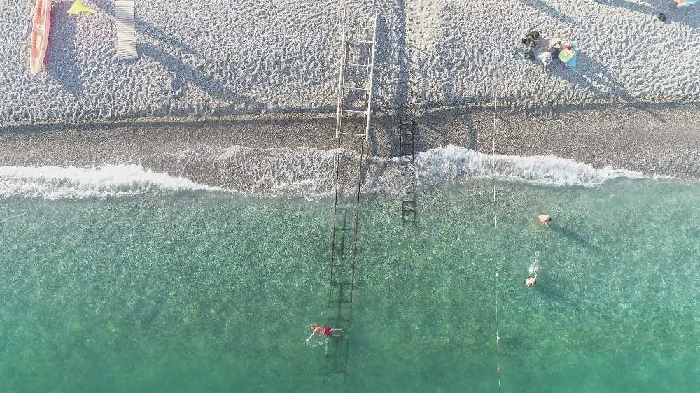 Dünyaca ünlü sahil kendini yeniledi, rengi yeşile döndü