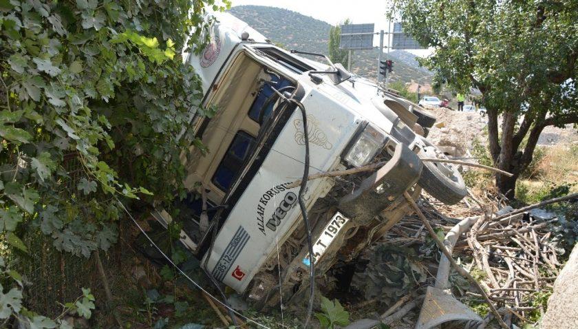 Freni boşalan kamyon bahçeye uçtu: 3 yaralı