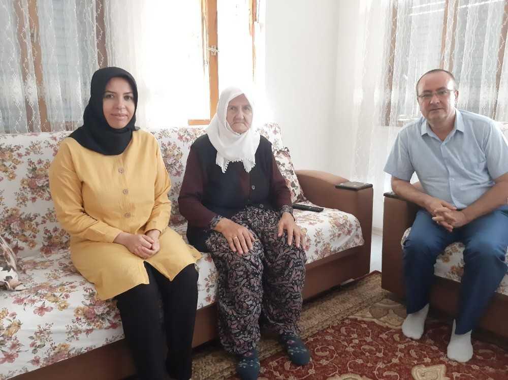 Kaymakamlık personeli şehit annesini ziyaret etti
