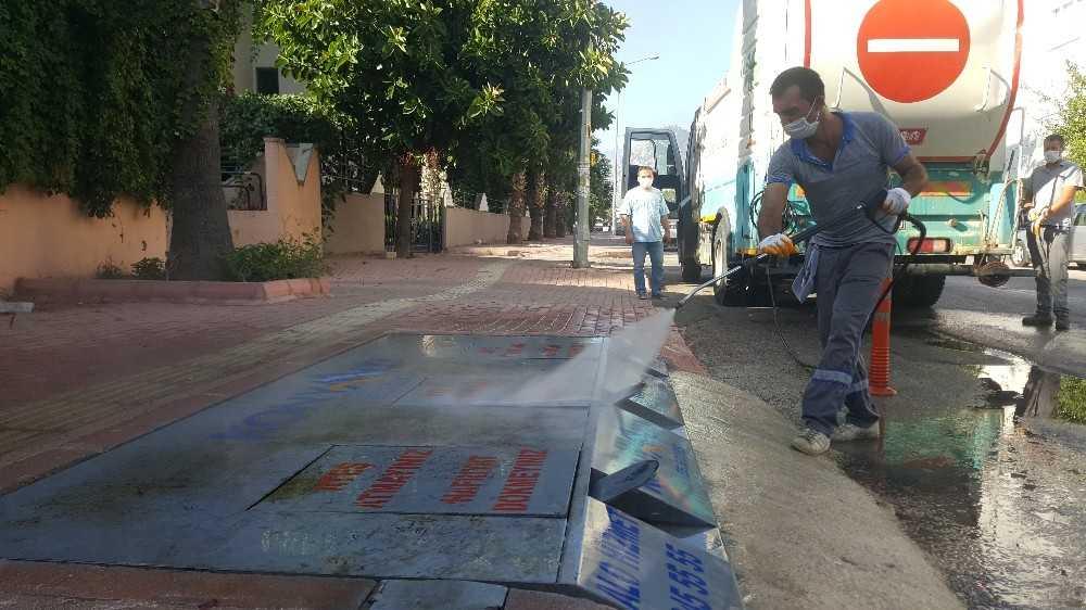 Konyaaltı'nda konteynerler dezenfekte ediliyor
