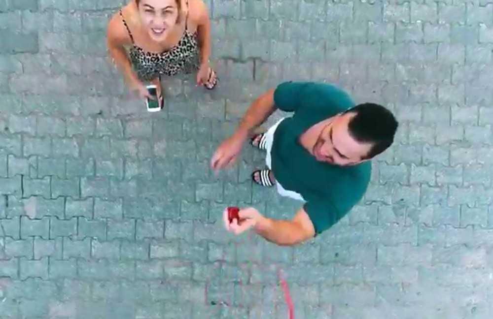 Milli güreşçinin 'drone'li evlilik teklifi turizmci nişanlısını sevince boğdu