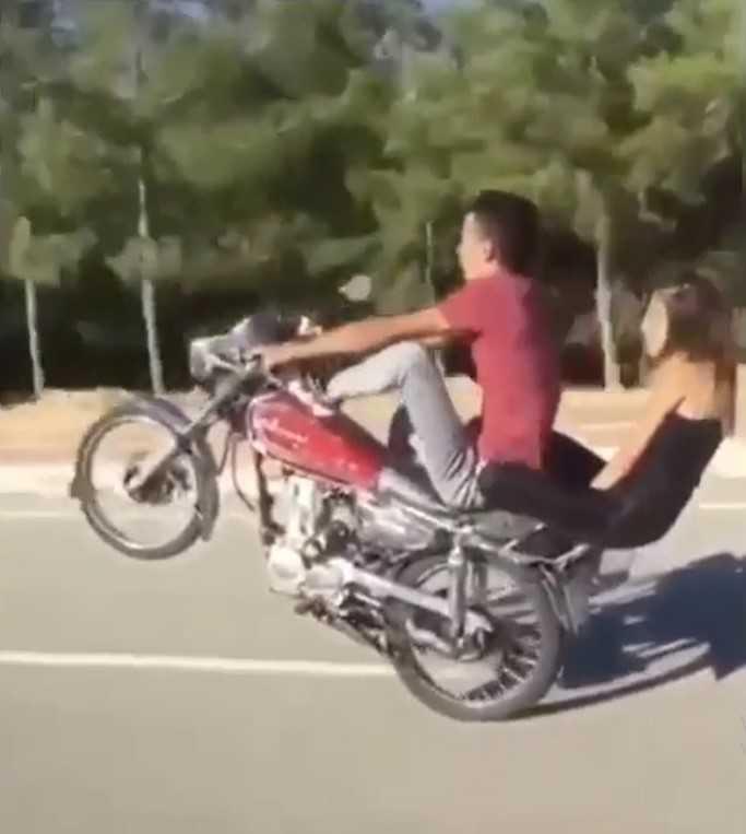 Motosiklet üzerinde yürekleri ağza getiren hareketler