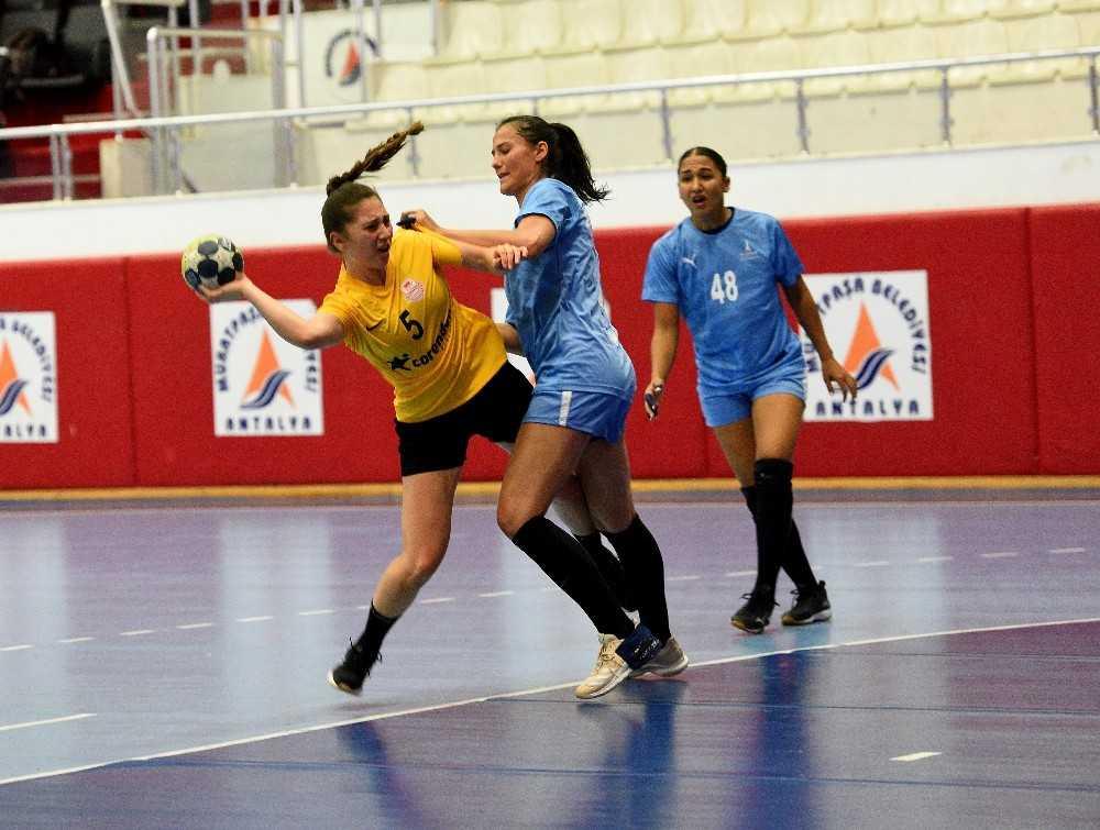 Muratpaşa'nın kadın hentbol takımı, İzmir'i mağlup etti