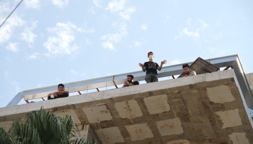 Paralarını alamayan 10 inşaat işçisi çatıya çıkarak eylem yaptı
